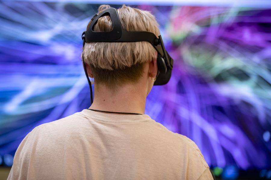 Bowdoin student using virtual reality
